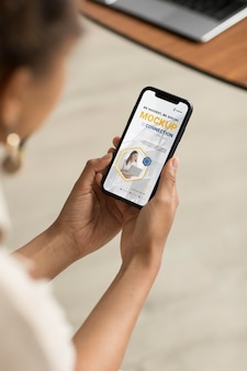 Handen met smartphone close-up
