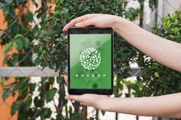 Handen met tablet mockup met tuinieren concept