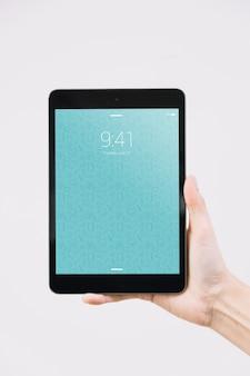 Handen met tablet mockup