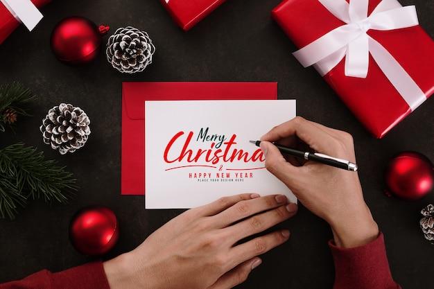 Handen schrijven merry christmas wenskaart mockup