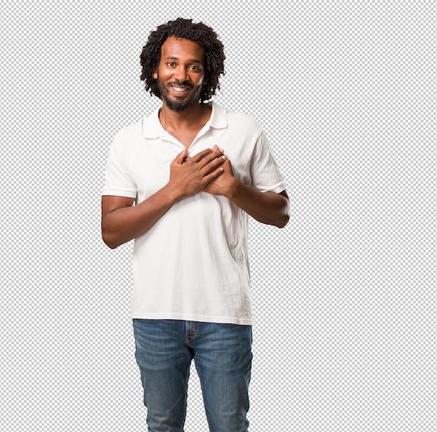 Handsome african american facendo un gesto romantico, innamorato di qualcuno o mostrando affetto per qualche amico