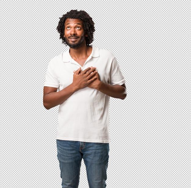 Handsome afroamericano facendo un gesto romantico, innamorato di qualcuno o mostrando affetto per qualche amico