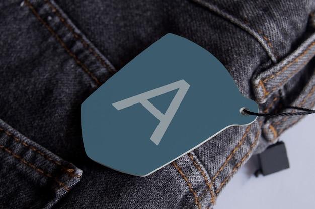 Hang tag-logo mockup voor jeans