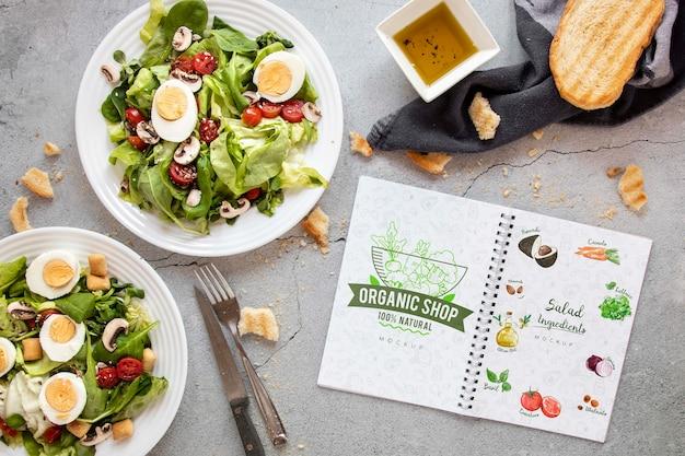 Heerlijk eten voor de lunch met notebook