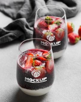 Heerlijk glasontbijt met aardbeien