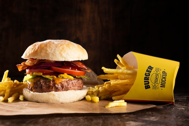 Heerlijk hamburgermenu met frietmodel