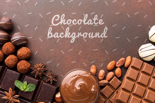 Heerlijke chocolade met bruin model als achtergrond