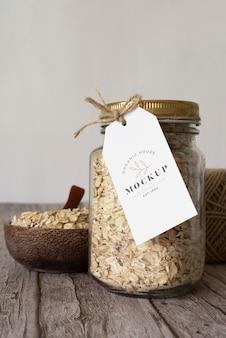 Heerlijke granen in pot met labelmodel