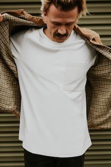 Heren t-shirt mockup psd op een getatoeëerd model