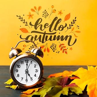 Herfst arrangement met klok en bladeren