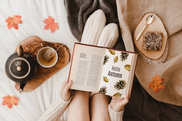 Herfst mockup met vrouw op bed
