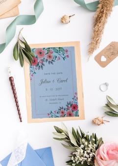 Hermosa composición de elementos de boda con maqueta de invitación