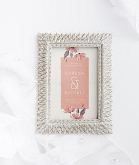 Hermosa composición de elementos de boda con maqueta de marco