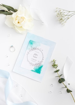 Hermosa composición de elementos de boda con maqueta de tarjeta