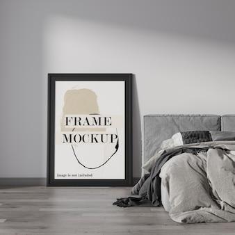 Hermosa maqueta de marco negro al lado de la cama