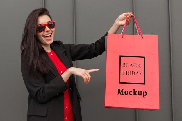 Hermosa mujer con concepto de bolsa de viernes negro