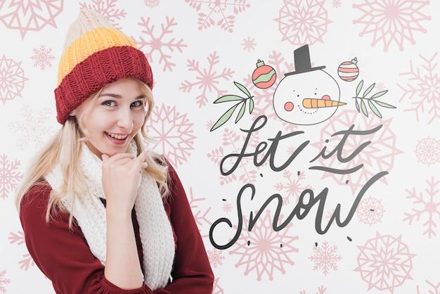 Hermosa mujer joven con sombrero de invierno