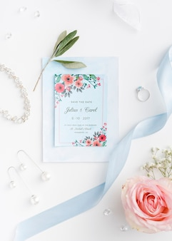 Hermoso arreglo de elementos de boda con maqueta de invitación