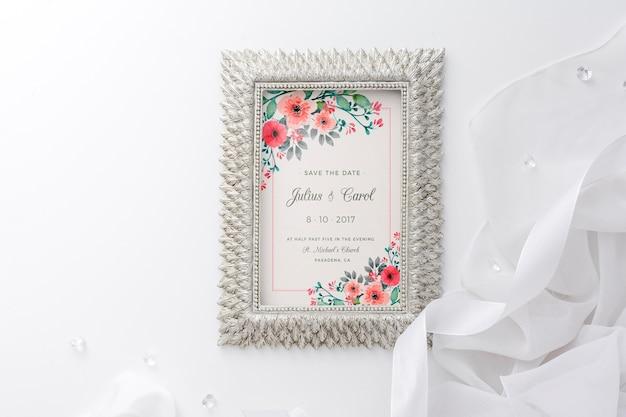 Hermoso arreglo de elementos de boda con maqueta de marco