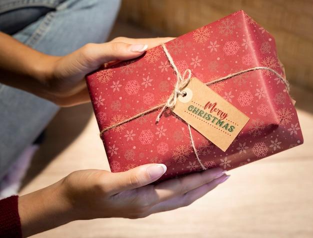 Hermoso regalo envuelto con etiqueta y cuerda alta vista