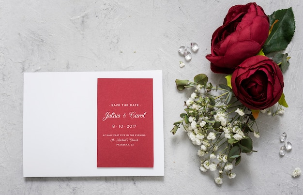 Hermoso surtido de elementos de boda con maqueta de invitación