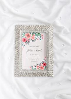 Hermoso surtido de elementos de boda con maqueta de marco