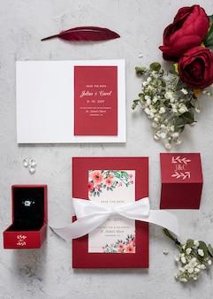 Hermoso surtido de elementos de boda con maqueta de tarjetas