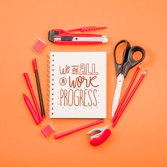 Herramientas en la mesa para trabajos de arte y manualidades.