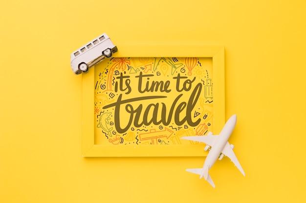 Het is tijd om te reizen, belettering op geel frame met busje en vliegtuig