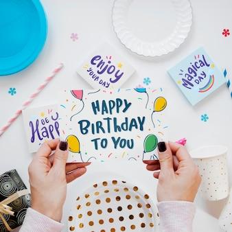 Het kleurrijke gelukkige model van het verjaardagsconcept