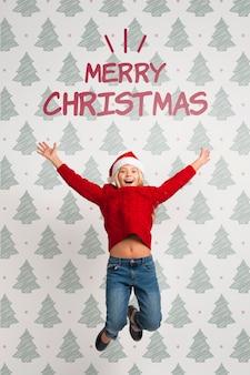 Het meisje kleedde zich in rood voor kerstmis het springen
