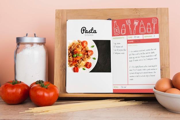 Het menuboek van pastagerechten met suiker en tomaten