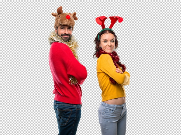 Het paar kleedde zich omhoog voor de kerstmisvakantie kijkend over de schouder met een glimlach