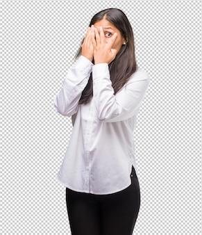 Het portret van een jonge indische vrouw voelt bezorgd en bang, kijkend en behandelend gezicht, concept vrees en bezorgdheid