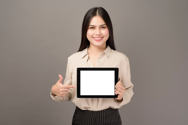 Het portret van jonge mooie vrouw houdt tabletmodel