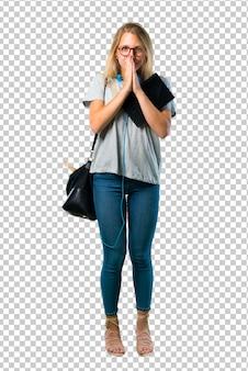Het studentenmeisje met glazen houdt palm samen. persoon vraagt om iets