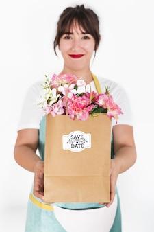 Het tuinieren concept met de zak van de vrouwenholding met bloemen