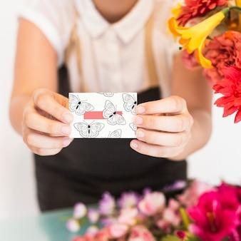 Het tuinieren concept met vrouw die adreskaartje voorstelt