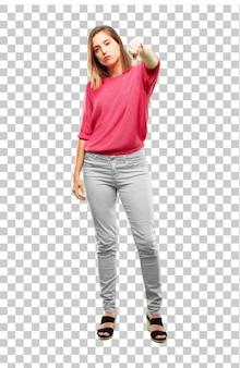 Het volledige lichaam van de jonge vrouw. met een afwijkende, ernstige, strenge uitdrukking