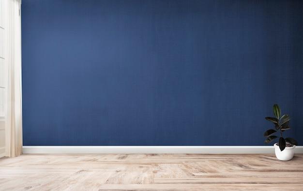 Higo de goma en una habitación azul.
