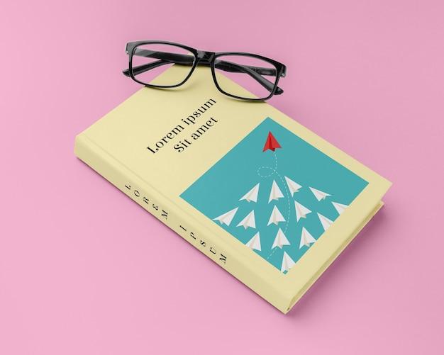 Hoge hoek boekomslag mock-up compositie