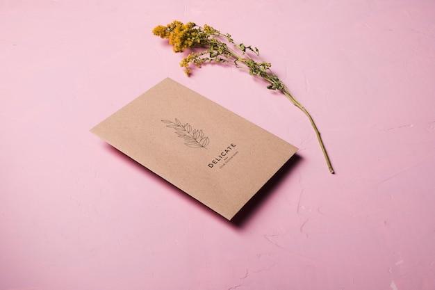 Hoge hoek envelop ontwerp met bloem