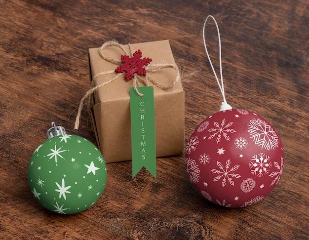 Hoge hoek kerstbollen en cadeau