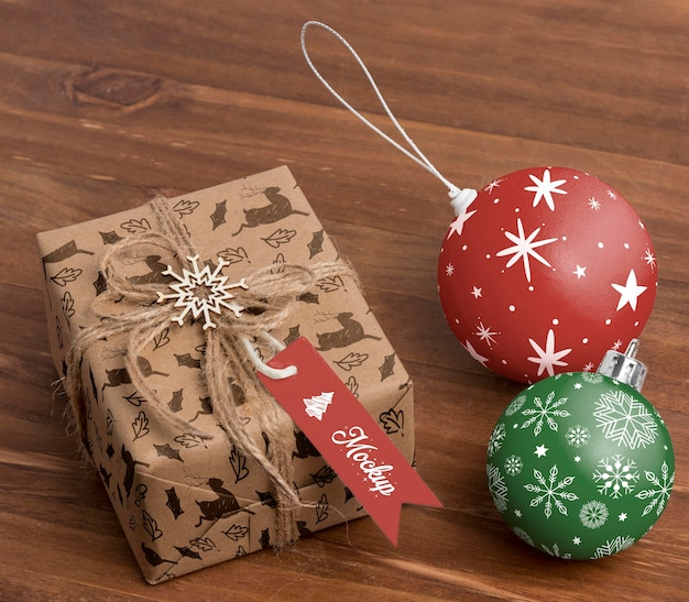 Hoge hoek kerstcadeau en bollen
