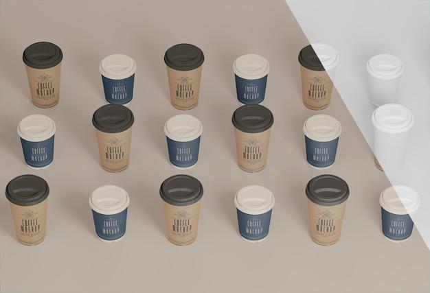 Hoge hoek papieren koffiekopjes