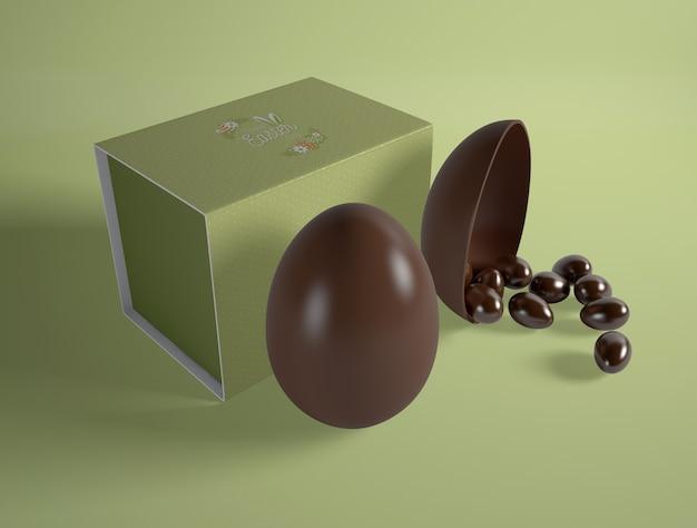 Hoge hoek pasen-chocoladeeieren op lijst