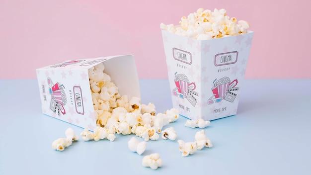 Hoge hoek popcorn in kopjes