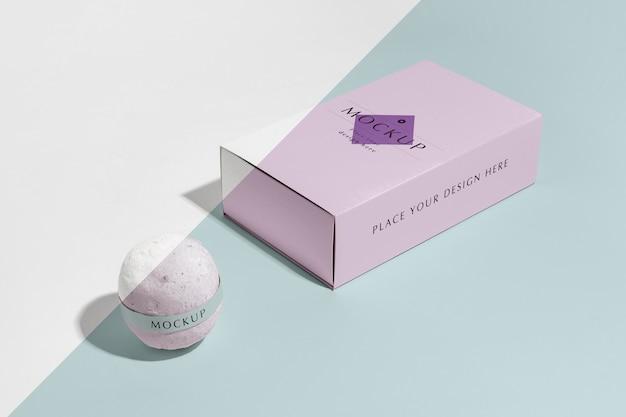 Hoge hoek roze badbom en doos