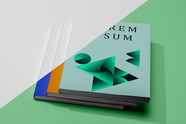 Hoge hoek stapel boeken mock-up met vormen