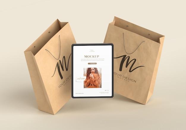 Hoge hoek tablet en papieren zakken Premium Psd